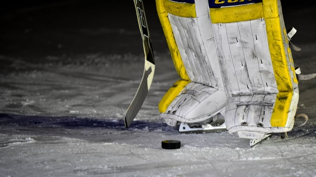glatsch e duas chommas cun ina protecziun d'in goli da hockey