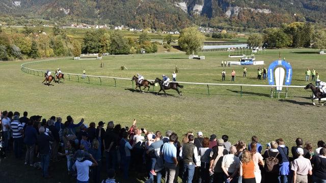 Aspectaturs a las cursas da chavals a Maiavilla che guardan ina cursa.