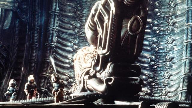 Menschen untersuchen ein Artefakt in einem Raumschiff.