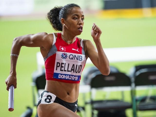 Rachel Pellaud rennt mit dem Stab.