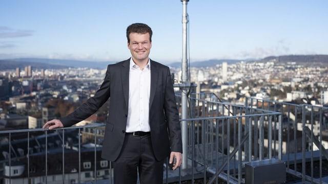 Reto Knutti steht auf einer Terrasse hoch über Zürich.