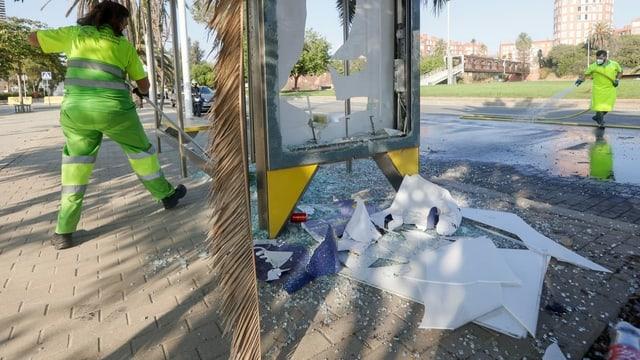 Stadtreinigung kehrt den Müll zusammen.