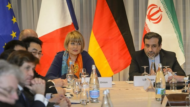 Helga Schmid am Verhandlungstisch