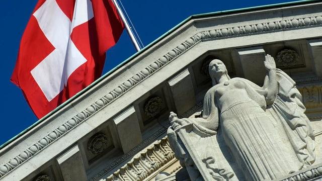 Justizia vor einer Schweizer Flagge