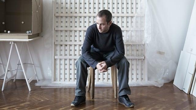 Der Berner Künstler Simon Hügli - alias Zimoun - bei der Arbeit.