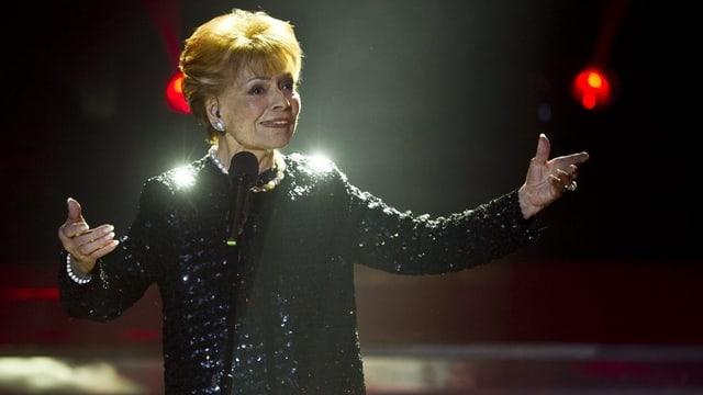 Die Schweizer Schlägersängerin Lys Assia singend auf einer Bühne