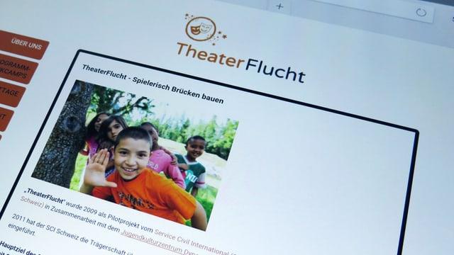 Der Screen eines Tablets, auf dem die Website www.theaterflucht.ch aufgerufen wurde.