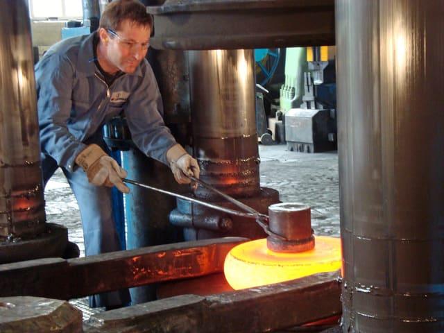 Mann arbeitet in einer Stahlgiesserei