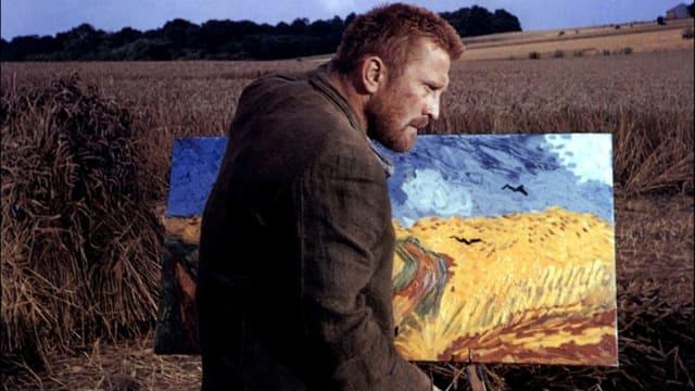 Ein Mann steht vor einem Feld. Vor ihm ist eine Leinwand, auf der er das Feld malt.