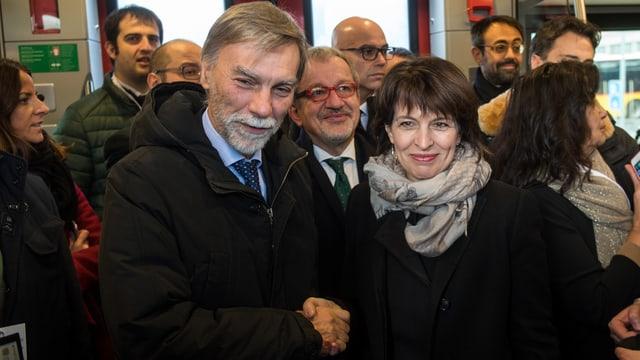 La ministra da traffic svizra, CF Doris Leuthard e ses collega d'uffizi talian Graziano Delrio dattan il maun.