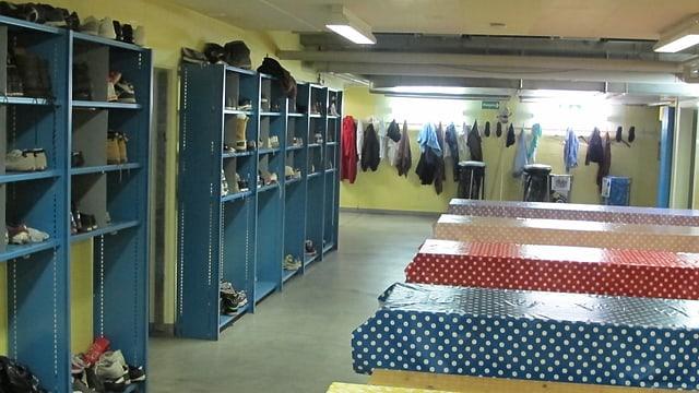 Tische und Garderoben in Zivilschutzanlage