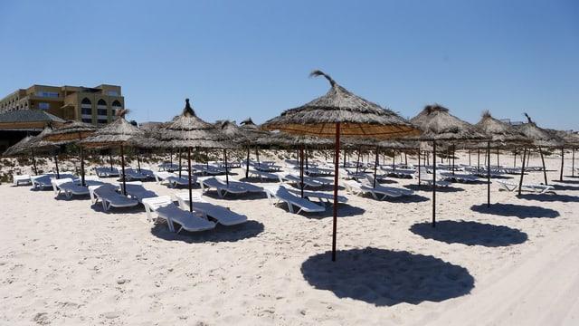 Blick auf leere Liegestühle an einem tunesischen Strand.