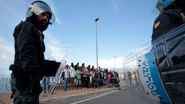 Gestrandete Flüchtlinge werden von der italienischen Polizei abgeschirmt. Aufgenommen Mitte Juni 2015 an der italienisch-französischen Grenze.