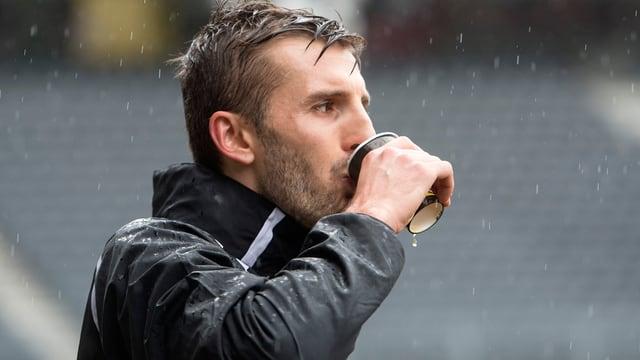 Adrian Nikci bei einer Trinkpause im Training der Young Boys