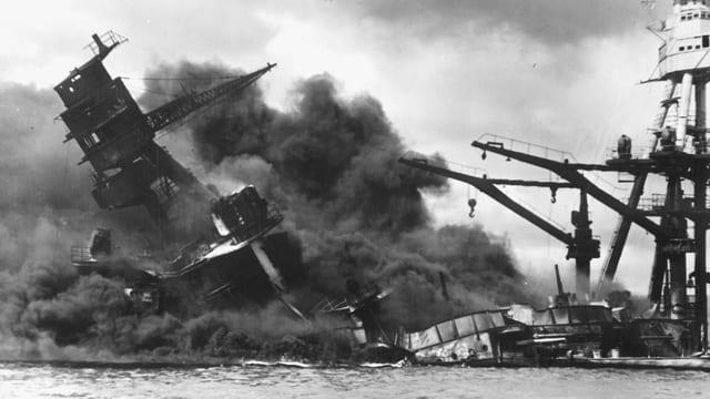 Brennendes Kriegsschiff mit Schlagseite