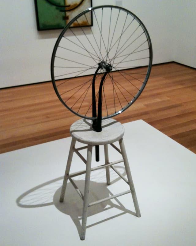 Speichenrad, das auf einen Hocker montiert ist.