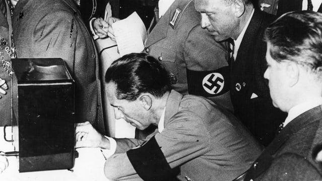 Joseph Goebbels an einem Radio.