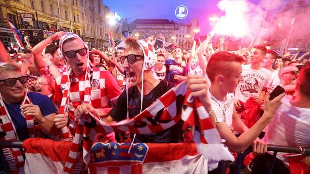 massa fans da ballape croats festiveschan la victoria da l'equipa naziunala