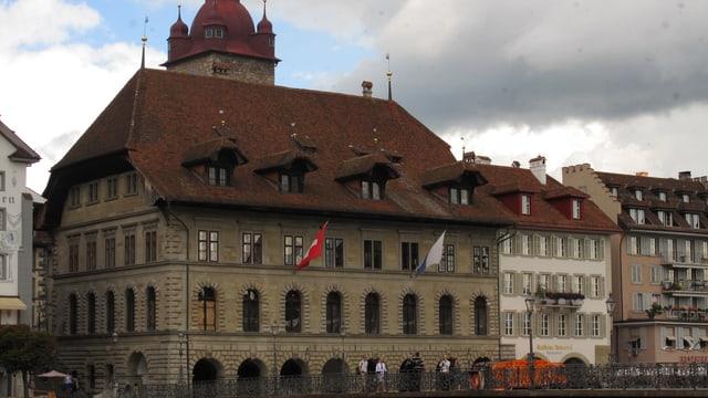 Blick auf das Luzerner Rathaus vom linken Reussufer aus.