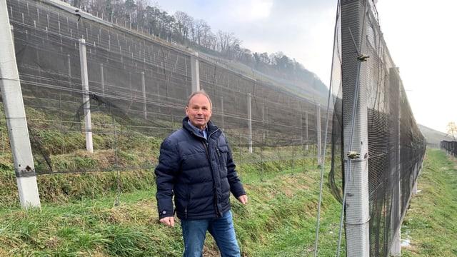 Christian Herzog ist stolz auf seinen neu terrassierten Rebberg in Thal im Kanton St. Gallen.