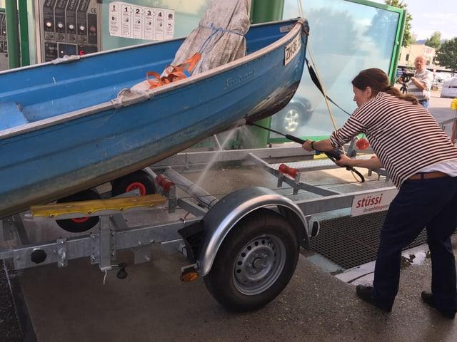 Mit Hochdruck müssen Boote gesäubert werden, damit diese von fremden Muscheln und Krebsen frei sind.