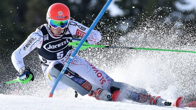 Engulà la show: Vlhova battà Shiffrin en il davos slalom da la stagiun.