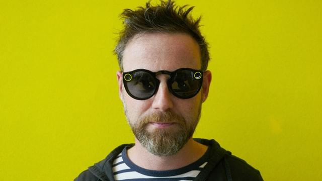 Nik Hartmann trägt die Snapchat Spectacles.
