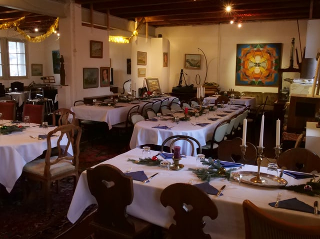 Die Tische stehen bereit im Brockenhaus «Brock & Art» im Liebefeld.