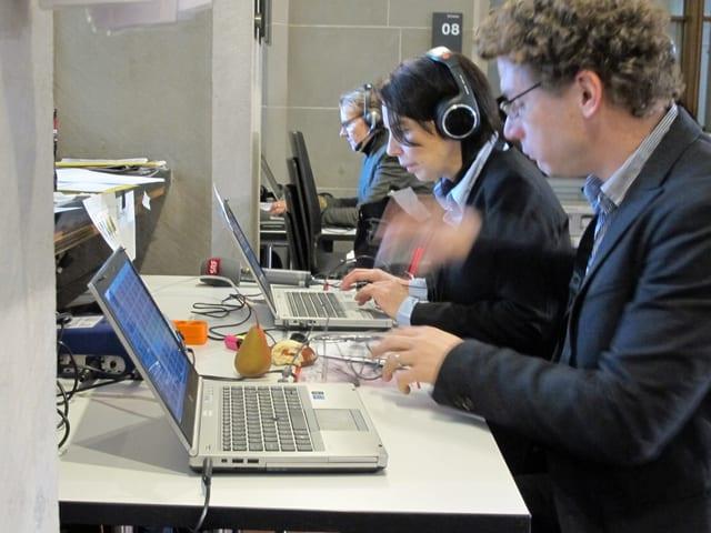 Ein Mann und zwei Frauen vor ihren Computern.