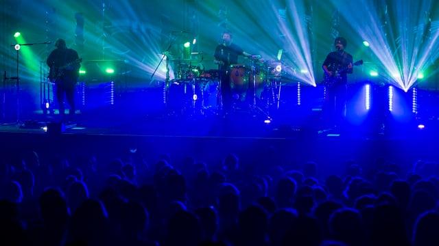 Ein Konzertsaal, in blaues Licht getaucht.