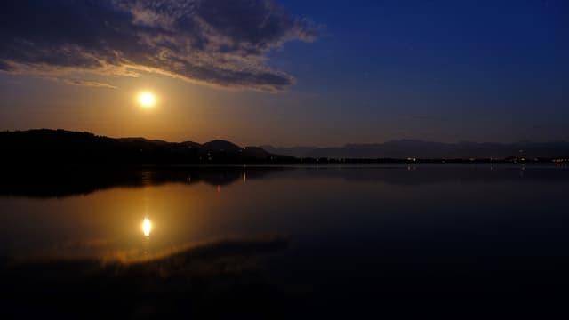 Mondaufgang über dem Pfäffikersee. Dort reichte es mit einem Tiefstwert von 18 Grad nicht für eine Tropennacht.