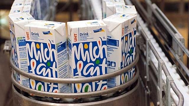 Milch-Tetrapaks in einer Fabrik
