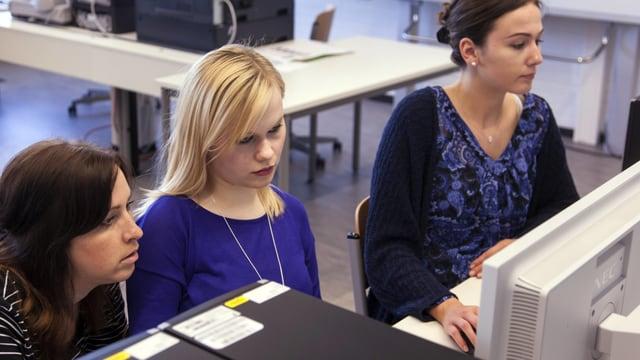 Junge Frauen vor PC