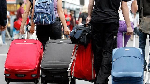 Frauen ziehen Koffer