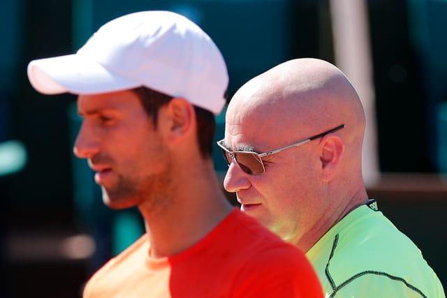 Novak Djokovic und Andre Agassi zusammen auf dem Court.