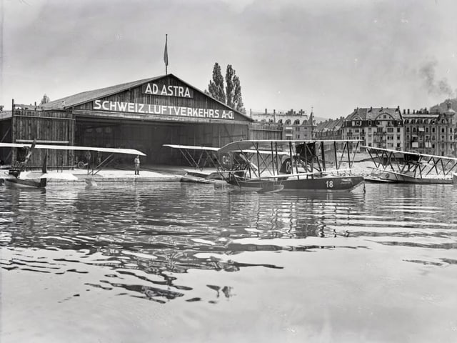 See-Landebahn für Flugzeuge. Mit Flugzeugen im Vordergrund.