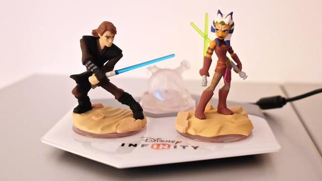 Anakin und Ahsoka stehen als Plastik-Figuren auf einem Pad.