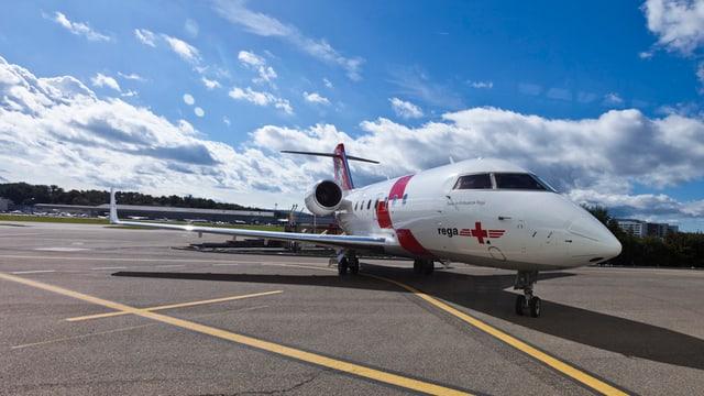 Aviun da la REGA dal tip Challenger CL-604 sin la plazza aviatica a Kloten.