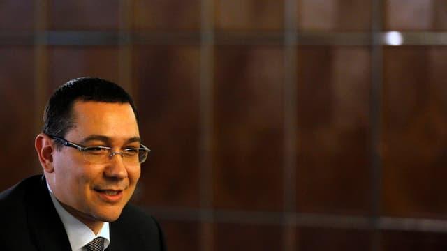 Lächelnder Victor Ponta mit Brille.