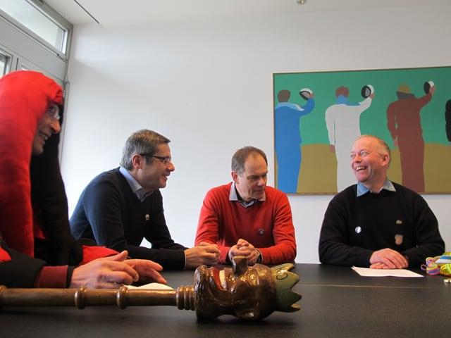Lachender Stadtpräsident Martin Wey am Tisch.