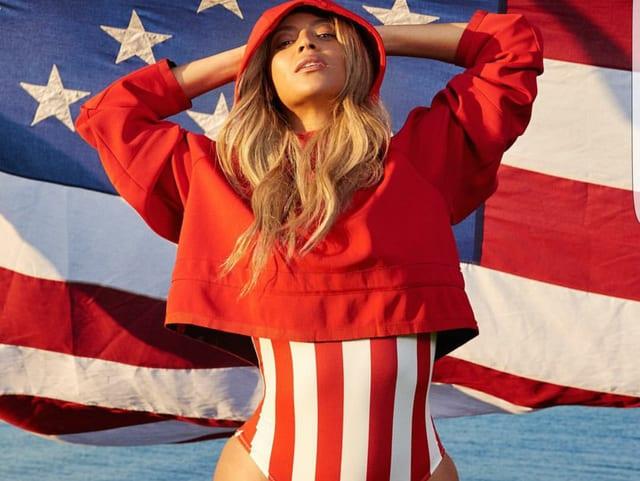Beyonce mit Badeanzug und Hoodie