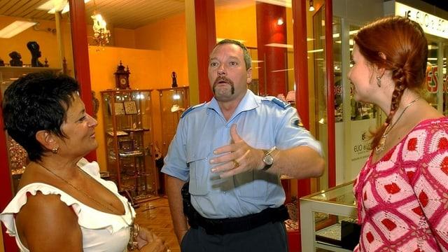 Polizist Alain Devegney bei der Arbeit im Bahnhof Cornavin am 11. Juli 2002. Der damals 46-Jährige stiess mit seinen Pionierprojekt zugunsten der ethnischen Verständigung auf riesiges Interesse.