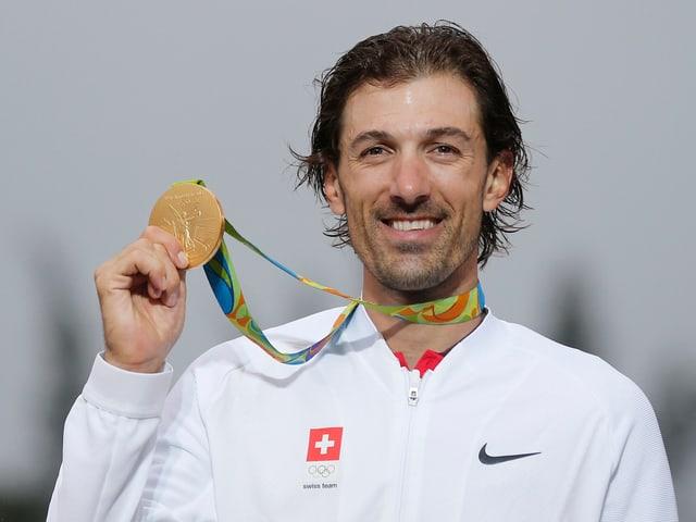 Fabian Cancellara posiert mit der Olympia-Goldmedaille.