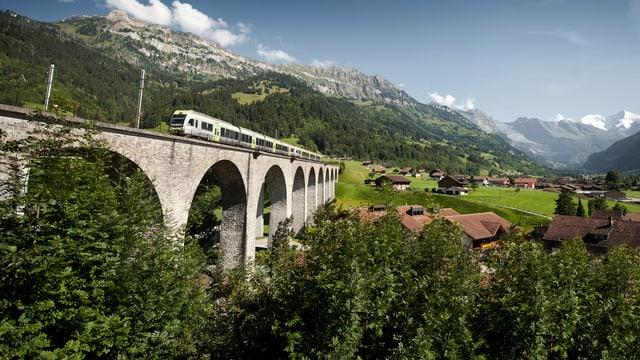 Ein Zug fährt über die Brücke.