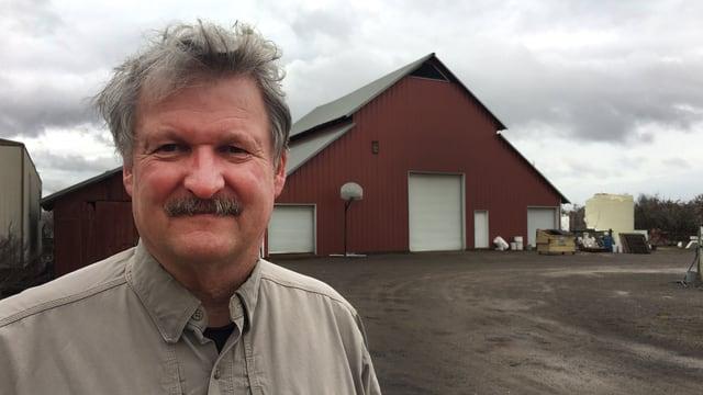Paul Wenger steht auf seiner Farm.