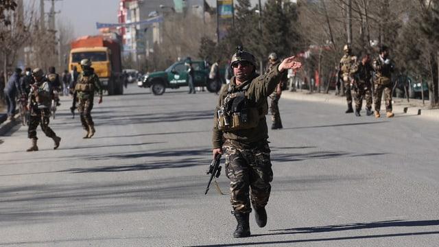 Polizists a Kabul suenter las explosiuns.