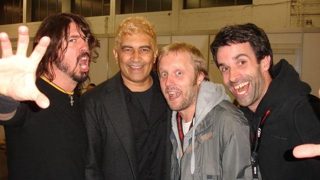 SRF 3-Moderator Philippe Gerber, zusammen mit den Foo Fighters am Greenfield Festival 2011