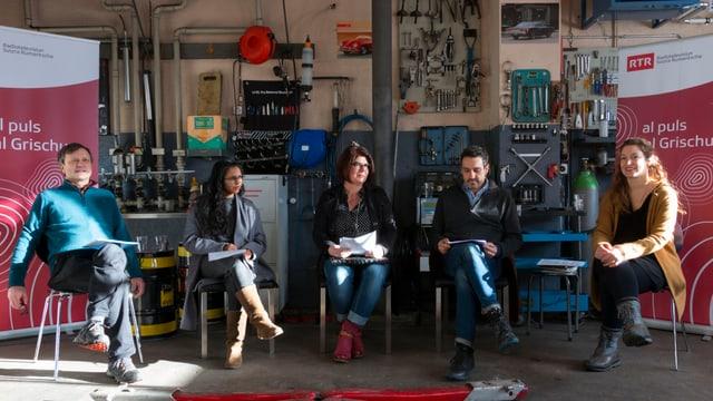 Ils scripturs Leo Tuor, Gianna Olinda Cadonau, Susi Rothmund, Jürg Gautschi e la moderatura Flurina Badel durant la lectura da Sin il viv! a Sedrun