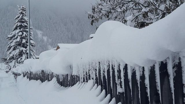 Tiefverschneite Landschaft in Zernez.