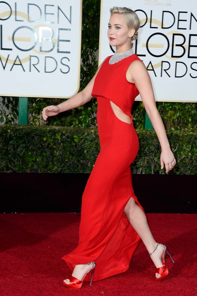 Jennifer Lawrence in langem roten Abendkleid, rote High Heels, roter Lippenstift